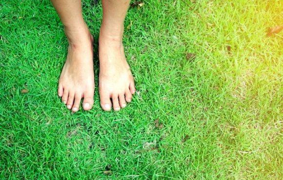 7 lợi ích không ngờ khi bạn đi bộ bằng chân trần
